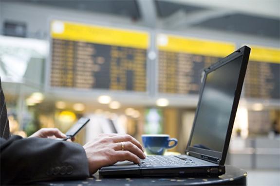 Å kunne surfe er helt fundamentalt på en flyplass - i alle fall ifølge en ny undersøkelse fra American Airlines og HP. (Foto: HotHardware.com)