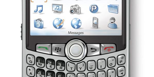 Research in Motions (RIM) BlackBerry Curve er en svært populær smarttelefon for tiden. I USA selger den mer enn noen annen modell - til og med Apples iPhone 3G. (Foto: BlackBerry)